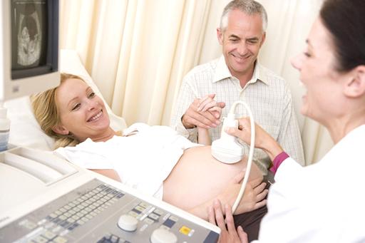 Schwangeres Paar beim Ultraschall